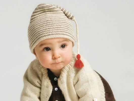bebê com casaco e gorro de lã