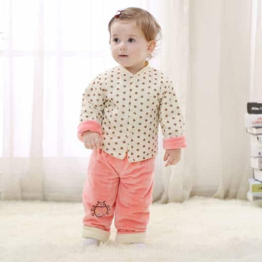 bebê com conjunto de pijama para inverno