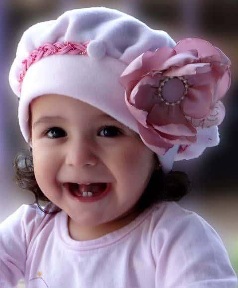 bebê com gorro rosa com flor