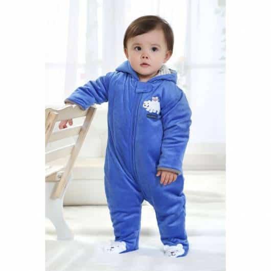 bebê com macacão azul com pezinho