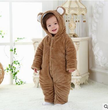 bebê com macacão de urso com capuz com orelhinhas