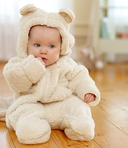 bebê com macacão branco de urso
