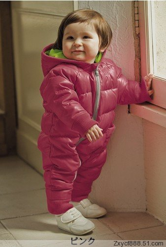 bebê com macacão rosa impermeável