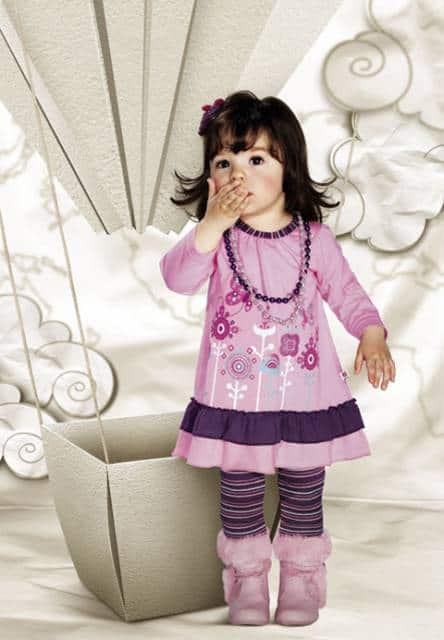 menina com vestido rosa de manga longa