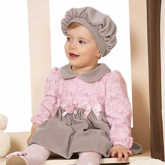 bebê com vestido rosa e cinza de manga longa