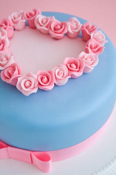 bolo de festa azul e rosa em formato coração