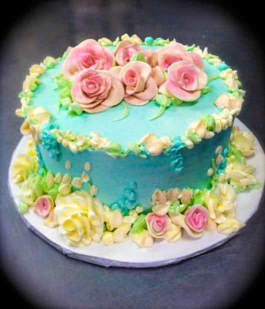 bolo festa azul e rosa com flores amarelas