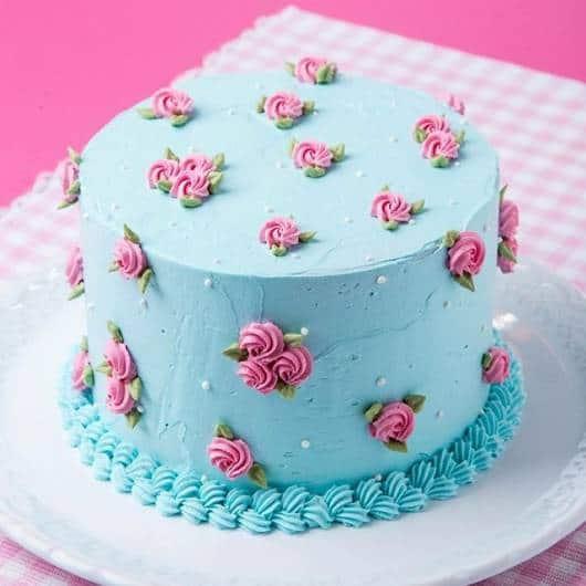 bolo festa azul e rosa com rosas pequenas