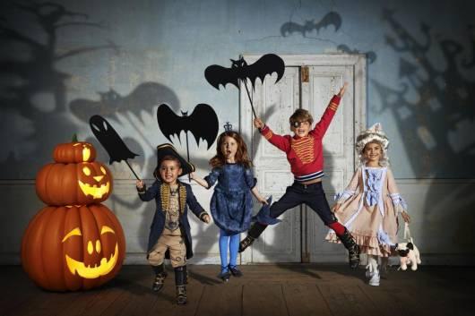 crianças prontas para brincadeiras de Halloween