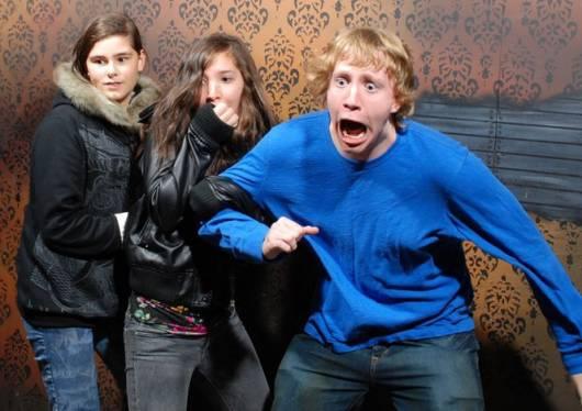 assustando adultos no dia das bruxas