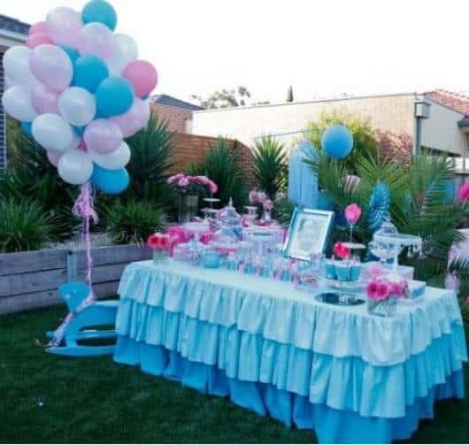 mesa de aniversário com toalha azul