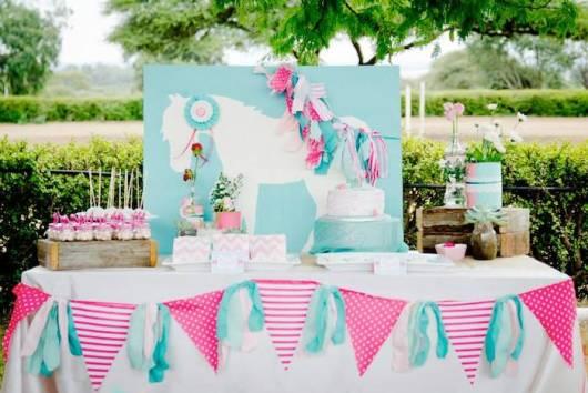 ideia de mesa de festa azul e rosa