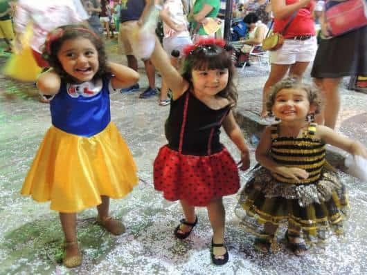 crianças dançando nas brincadeiras de Halloween