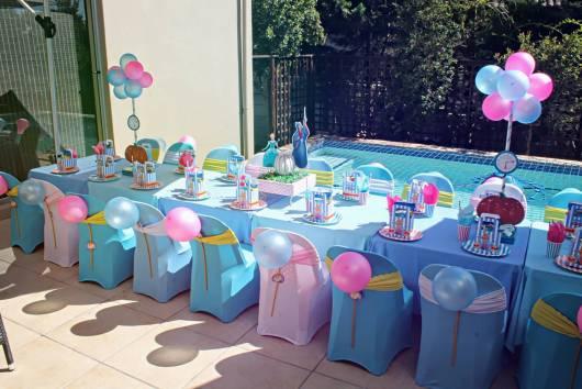 mesa para convidados de festa azul e rosa