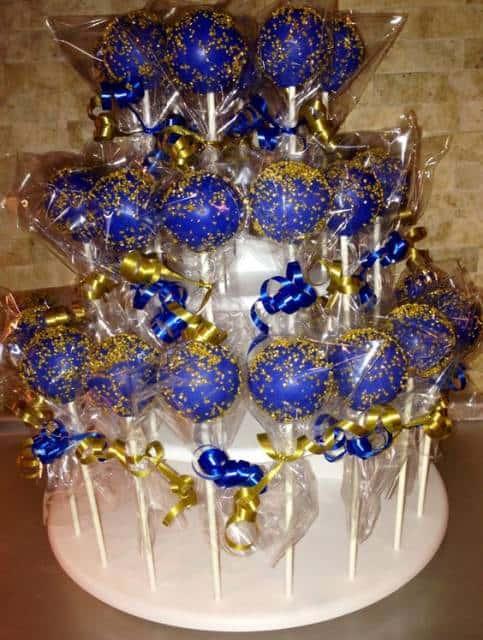 Maças com cobertura azul e embalagens douradas.