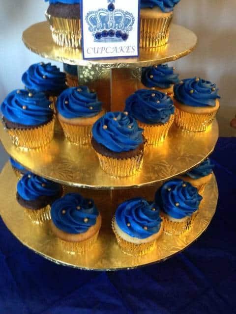 Cup cakes azuis com forminhas douradas.