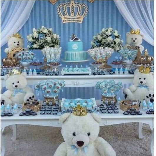 Decoração com duas mesas, com flores, bolo, ursos e docinhos.