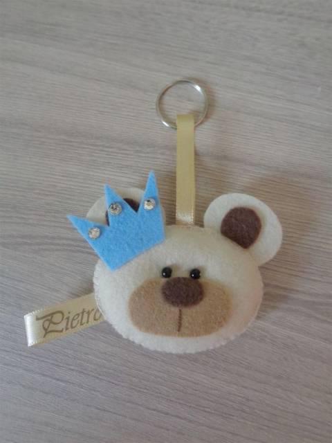 Chaveiro de urso com coroa.