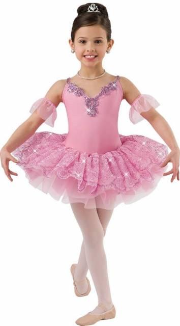 Menina usando fantasia rosa com meia calça e sapatilhas.