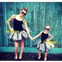 Mãe e filha posando com saia branca e preta e body preto.