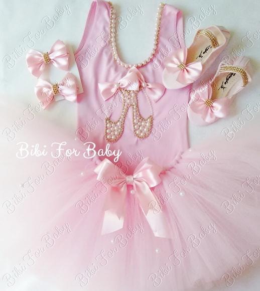 Fantasia de bailarina rosa, com sapatilha.