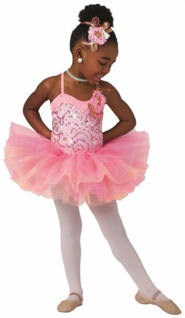 Menina usando collan rosa de alcinha e brilho. Saia rosa, meia calça e branca e sapatilha.
