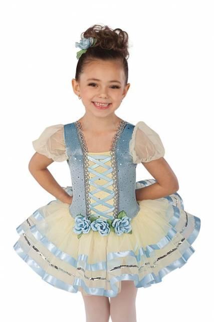 Fantasia de bailarina no estilo camponesa, com tons de azul e branco.