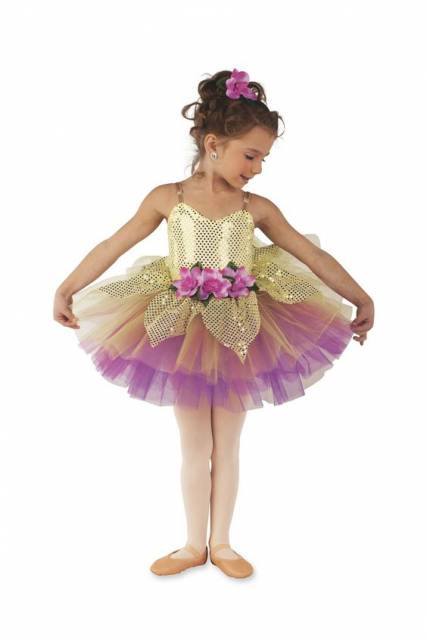 Menina usando vestido dourado e lilás.