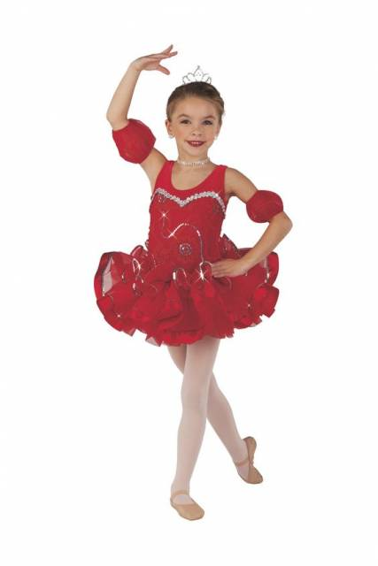 Menina usando coroa, vestido vermelho, meia calça e sapatilha.