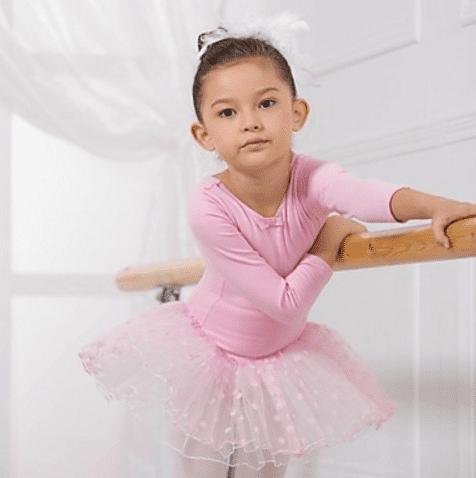 Fantasia de bailarina rosa com saia de tule e blusa de manga comprida.