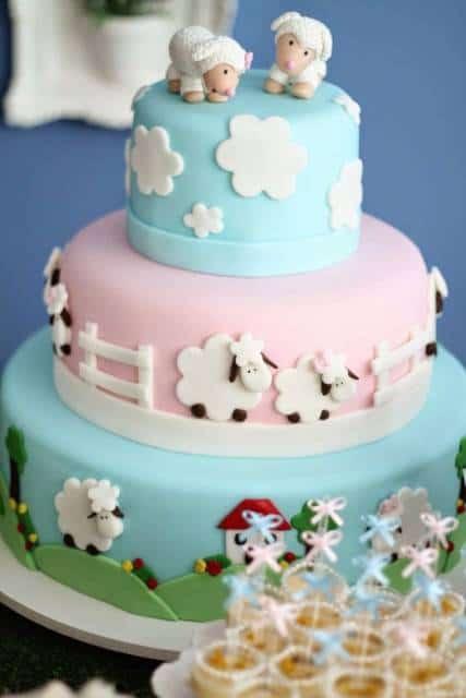 Bolo de ovelinha azul e rosa