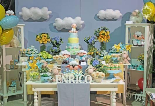 Decoração tema ovelhinha com flores e céu