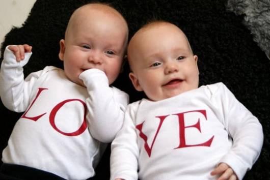 Gêmeos com roupinha escrito LOVE