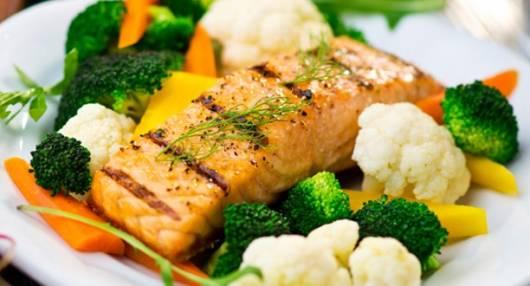 Exemplo de prato saudável para gravidez de gêmeos com peixe, brócolis e outros legumes