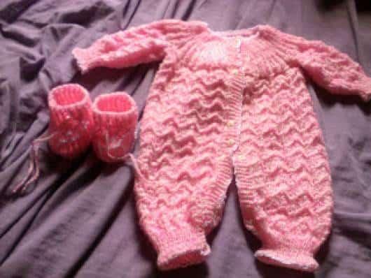 macacão de crochê para bebê rosa com manga longa