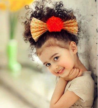 coque com fios soltos em penteados para cabelo cacheado infantil