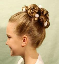 Coque com cachos em penteados de meninas