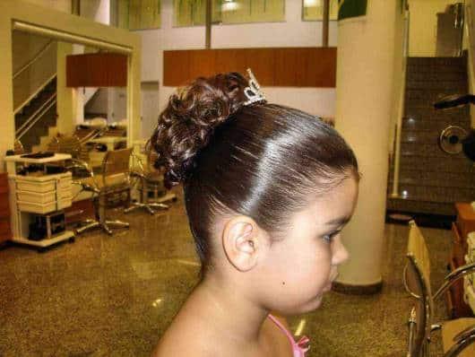 cabelo infantil para festa de casamento com tiara