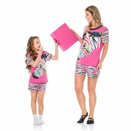 Pijama tal mãe tal filha cor rosa com estampa de zebra