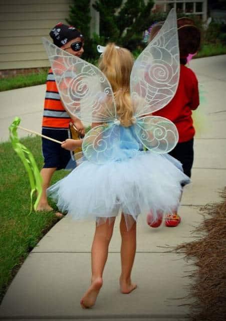 fantasia de fada infantil azul claro com asinhas transparentes