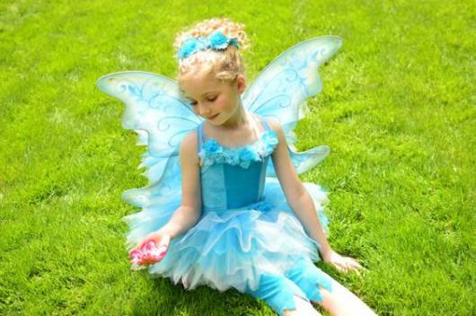 fantasia de fada infantil azul com asinhas e meia embaixo do tutu