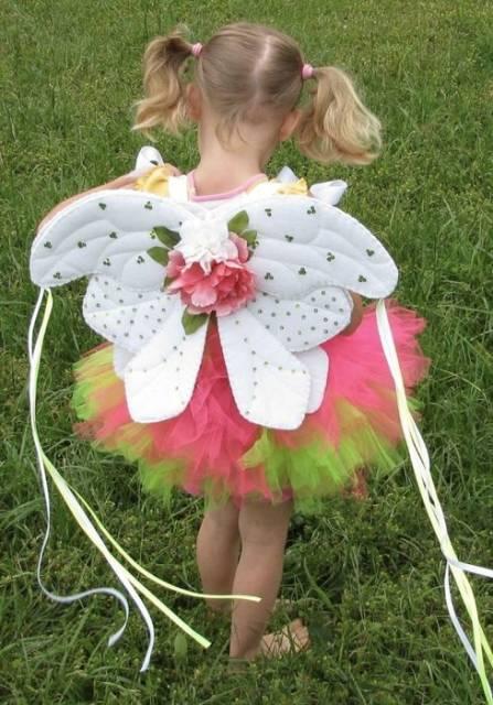 fantasia de fada infantil com asinhas com flores e fitas