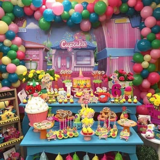 mesa com decoração da Festa Shopkins