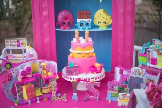 mesa decorada de rosa para Festa Shopkins