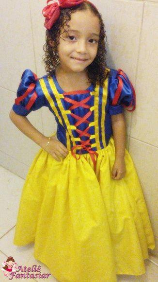 Fantasia branca de neve infantil com vestido azul e amarelo.