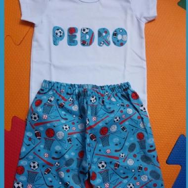 Pijama com o nome da criança estampado na camiseta.