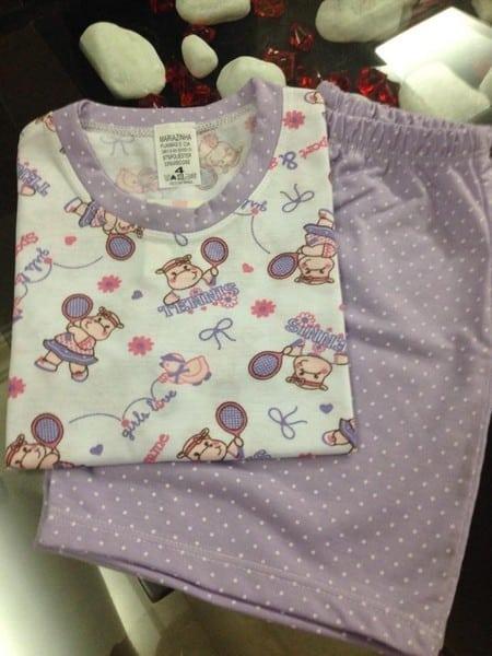 Pijama com estampa de hipopótamo.