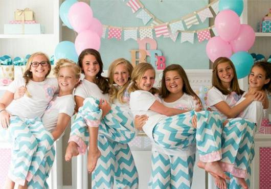 Festa do pijama com todas as meninas vestidas iguais.