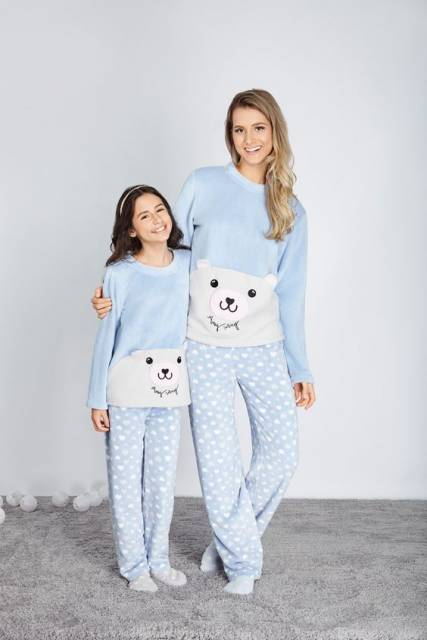 Mãe e filha vestindo pijamas iguais.