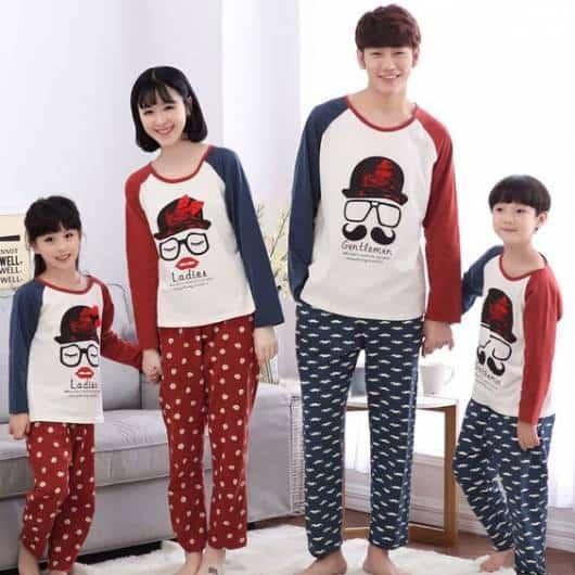 Família com a mesma estampa de pijama.